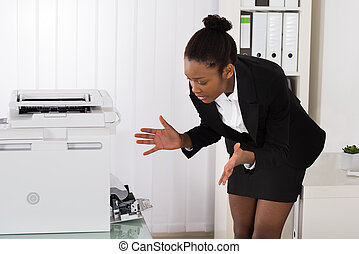 businesswoman, kijken naar, papier, stucked, in, printer