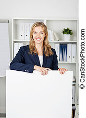 businesswoman, met, buitenreclame, in, kantoor
