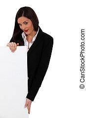 businesswoman, met, een, plank, links, leeg, voor, jouw, boodschap