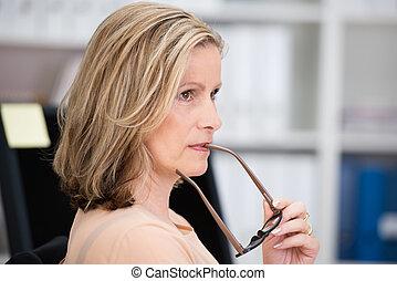 businesswoman, nadenkend, van middelbare leeftijd, aantrekkelijk