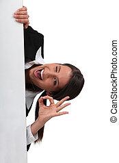 businesswoman, 'ok', met, een, plank, links, leeg, voor, jouw, boodschap