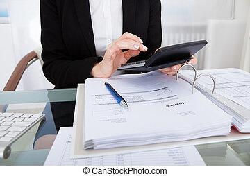 businesswoman, rekeningen, het berekenen