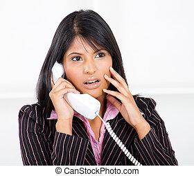 businesswoman, roepen, geshockeerde, telefoon