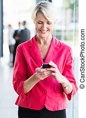 businesswoman, senior, gebruik, smart, telefoon