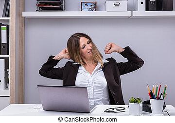 businesswoman, stretching, haar, armen