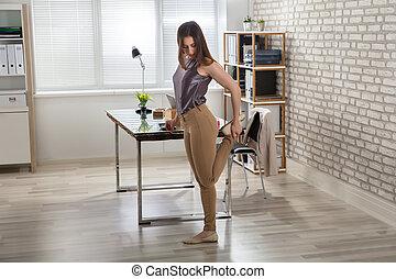 businesswoman, stretching, haar, been, in, kantoor