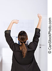 businesswoman, stretching, in, kantoor