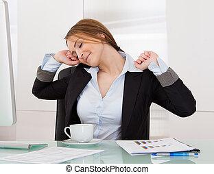 businesswoman, stretching, in, kantoor
