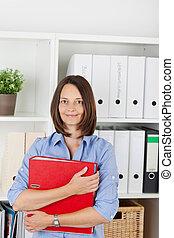 businesswoman, vasthouden, binder, in, kantoor