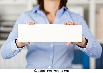 businesswoman, vasthouden, leeg, papier, in, kantoor