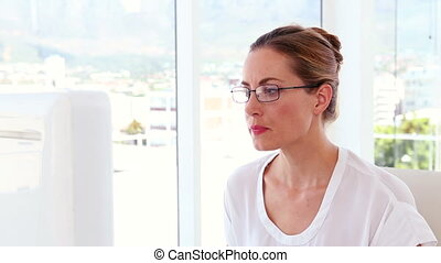 businesswoman, werken aan, haar, bureau