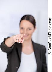 businesswoman, wijzende, in, kantoor