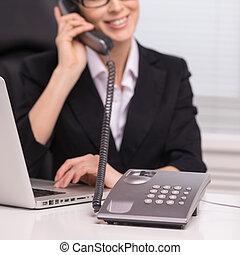 businesswomen., confiado, cuarentón, mujer de negocios, sentado, en, ella, lugar activo, y, hablar, en, teléfono