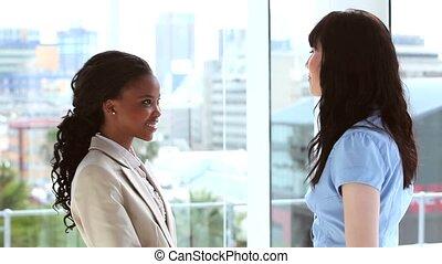 businesswomen, handen, hun, het glimlachen, rillend