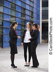 businesswomen, mówiąc., trzy, outdoors