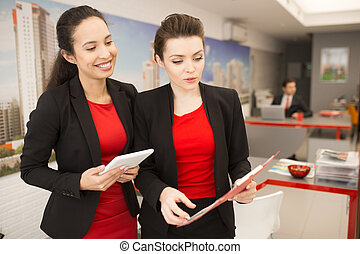 businesswomen, praca, biuro, dwa, dyskutując