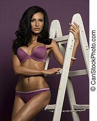 busty, modell, brünett, heiß, violett, purpurroter hintergrund, bezaubernd, bikini, figur, prächtig, haar, studio, langer, posierend, lockig, leiter, reizend