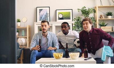 butelki, oglądając, studenci, wysoka-piątka, telewizja, piwo...