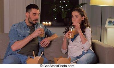 buvant jus, heureux, plat à emporter, couple, maison