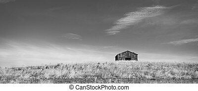 b&w, pagórek, stodoła