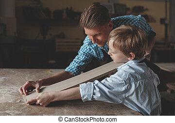 być w domu, ojciec, pracujący, syn