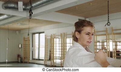 być w domu, wykonując, dziewczę, gym., karate