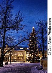 by, aftenen, gamle, belyst, centrum, snedækkede, træ, høje, ...