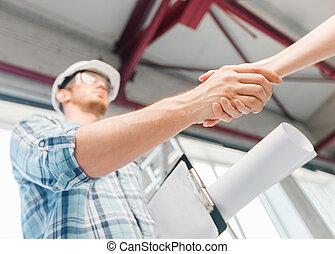 byggmästare, med, blåkopia, skakande, partner, hand