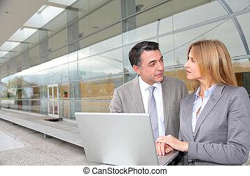 byggnad, arbete, folk, nymodig, försäljningarna, utanför