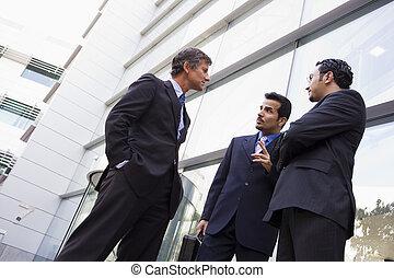 byggnad, grupp, kontor, talande, utanför, affärsmän