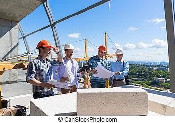 byggnad, grupp, lärlingar, byggare, granska, plats, entreprenör, projekt, konstruktion, plan, lag möta