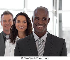 cámara, empresario, equipo, sonriente, cinco, mirar