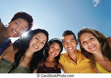 cámara, equipo, hombre sonriente, se abrazar, mujeres