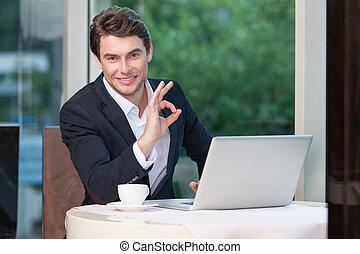 cámara, hombre de negocios, sentado, aprobar, actuación, sonriente, atractivo, signo., restaurante