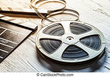 cámara, pizarra, rollo cinematográfico