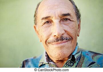 cámara, sonriente, latino, viejo, hombre