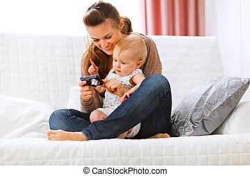 câmera, bebê, jovem, interessado, mostrando, mãe, fotografias, dela