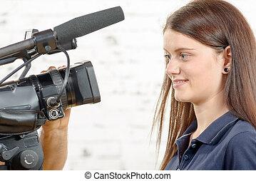 câmera, mulher, olha, jovem, jornalista