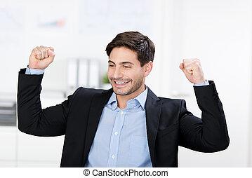 célébrer, élevé, homme affaires, bras, victoire