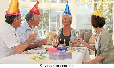 célébrer, amis, anniversaire, personnes agées