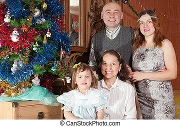 célébrer, christma, famille heureuse, portrait