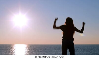 célébrer, femme, plage, levers de soleil, heureux