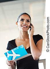 célula, hablar, joven, teléfono, mujer de negocios