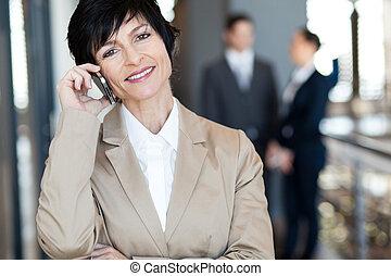 célula, mujer de negocios, hablar, teléfono