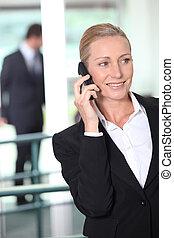 célula, mulher, escritório, negócio, meio ambiente, telefone, usando, esperto