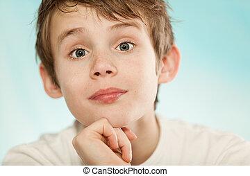 céptico, menino jovem, levantamento, seu, sobrancelhas