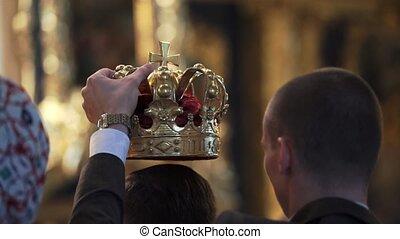 cérémonie, church., nouveaux mariés, couronnes, mariage