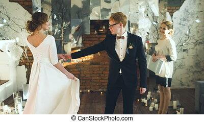 cérémonie, nouveaux mariés, danse, danse, après, leur, mariage, premier