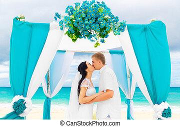 cérémonie, plage., blue., plage, concept., lune miel, palefrenier, exotique, mariée, sous, mariage, fleurs, voûte, décoré, sablonneux, heureux