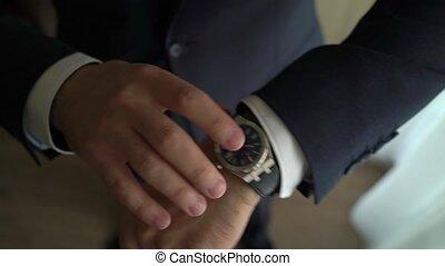 cérémonie, sien, main horloge, palefrenier, montre, obtenir, vérification, homme affaires, mettre, homme, temps, prêt, poignet, mariage, matin, avant